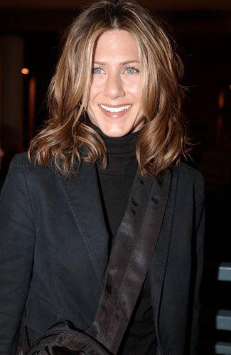 Em uma das raras aparições da atriz em que seu cabelo está todo no mesmo comprimento, ela optou pelo volume natural (15/1/2002)