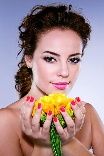 A atriz Paola Oliveira estrela a campanha da coleção