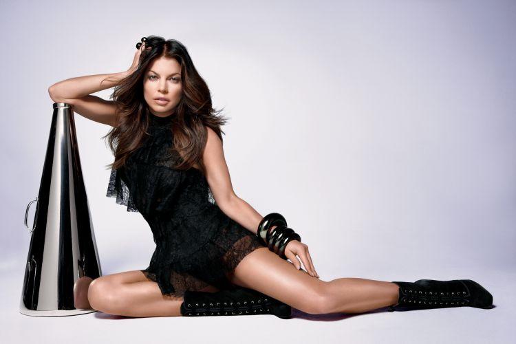 A cantora Fergie aparece na campanha de divulgação de seu primeiro perfume em parceria com a Avon, Outspoken by Fergie. A fragrância já está disponível no Brasil