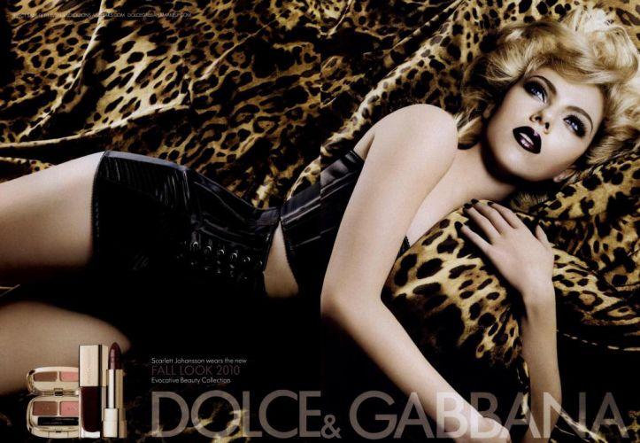 Scarlett Johansson aparece usando batom escuro e olhos esfumados na campanha da coleção outono/inverno 2010 da linha de maquiagens da Dolce & Gabbana,