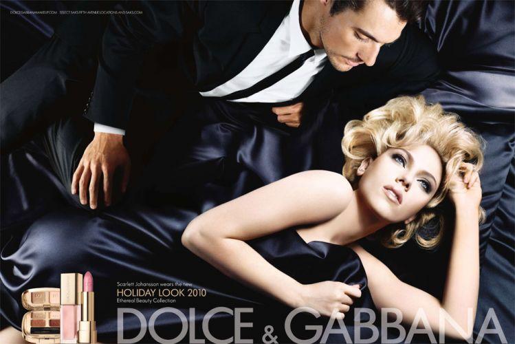 Scarlett Johansson continua a parceria com a linha de beleza da Dolce & Gabbana e aparece ao lado do modelo David Gandy na foto de divulgação da coleção especial de fim de ano da marca. A foto, assim como as demais da atriz para a marca, é do noruguês Sølve Sundsbø