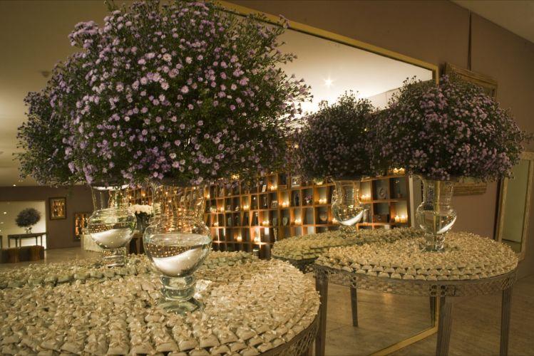 Mesa de bemcasados decorada com aster lilas Divulgação Mais