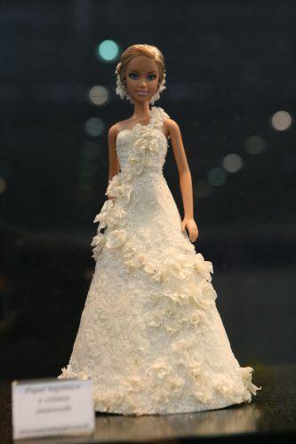 A noivinha de papel da vez tem seu vestido criado a partir da mistura de papel higiênico e cristais Swarovsky
