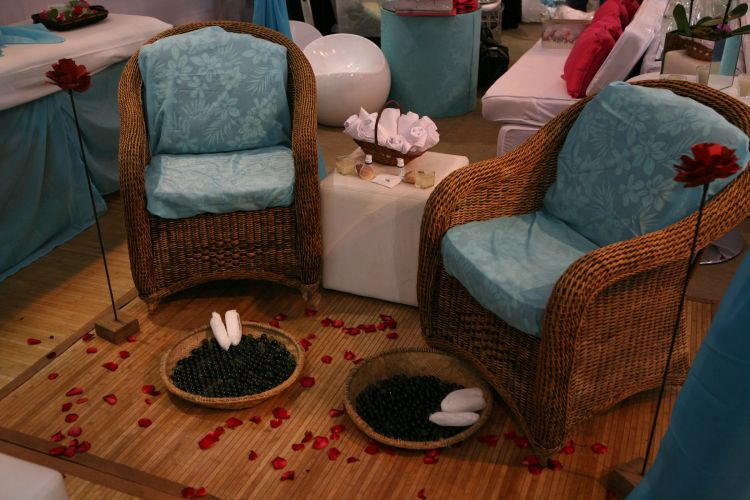 A proposta do Kabanah Spa é oferecer o dia da noiva e assistência na festa de casamento, com espaço e profissionais disponíveis para maquiagem express, reflexologia, massagem e spa das mãos. O serviço na festa tem de três a quatro horas de duração, com valores a partir de R$ 3.900 (www.kabanaspa.com.br)