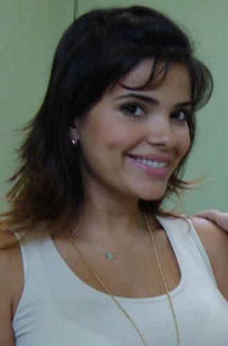 A atriz Vanessa Giácomo exibe franja curta, mas jogadinha para os lados