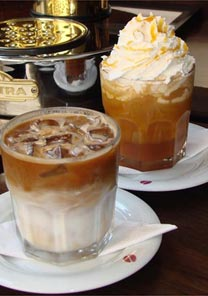 Caf latte gelado e mocha caramelo, bebidas frias do caf Suplicy (SP)
