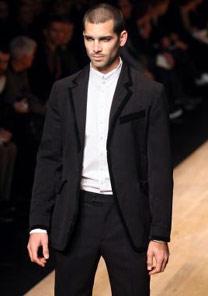 Sem gravata, Paul Smith sugere um costume que poderia ser usado como traje passeio