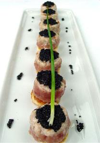 Hamb�rgueres em vers�o mini, como este de atum com caviar, s�o sucesso do chef C�ssio Machado