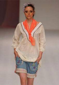 Short larguinho com blusa solta, como estes da Melca Janebro, são boa opção para esconder a barriga