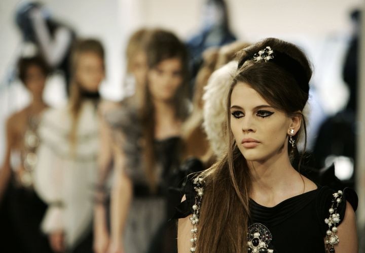 Modelos ao final do desfile da Chanel em que o estilista Karl Lagerfeld se inspirou no visual de Amy Winehouse (06/12/2007)