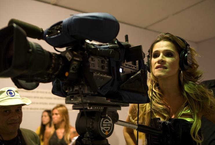 Ingrid Guimarães checa a gravação realizada para o Fantástico na passarela montada no MAM
