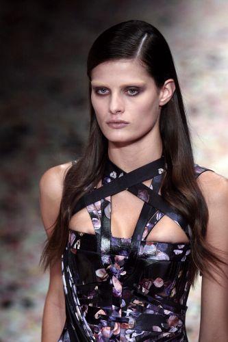 A top brasileira Isabeli Fontana desfila look da Givenchy para o Verão 2009 na semana de alta-costura de Paris