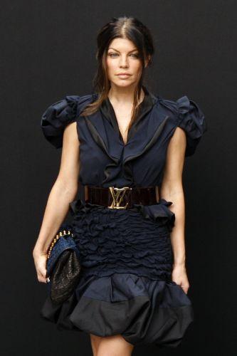 A cantora Fergie apresenta look da Louis Vuitton no desfile masculino da grife para o Verão 2010 em Paris (25/6/2009)