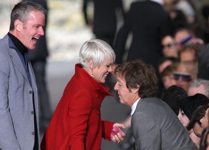 Paul McCartney cumprimenta a cantora Pink e o vice-presidenta sênior da ONG Peta, Dan Matthews, antes do desfile de sua filha Stella McCartney para o Inverno 2009/10 no sexto dia da semana de Paris (9/3)