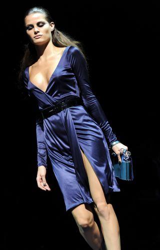 A top brasileira Isabeli Fontana desfila look da Versace para o Inverno 2009/10 em desfile no sexto dia da semana de Milão (2/3)
