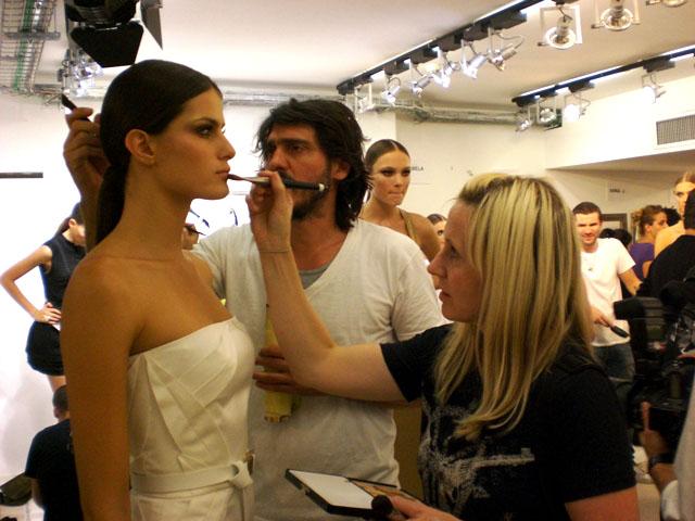 A top Isabeli Fontana ganha retoques na maquiagem e no cabelo do desfile, um rabo bem longo, preso enrolado num aplique de cabelo (25/9)
