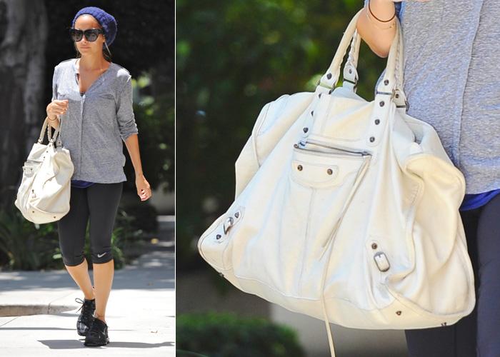 Nicole Richie usa sua bolsa Balenciaga branca até para ir à academia. A versão escolhida pela socialite é uma das maiores produzidas pela marca