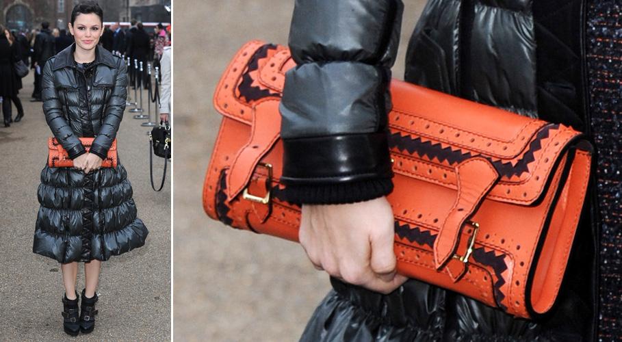 Rachel Bilson usa uma bolsa-carteira grande e laranja com detalhes étnicos em preto da Burberry