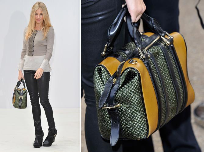 A textura do fio metalizado é destaque na bolsa tricolor Burberry usada por Sienna Miller