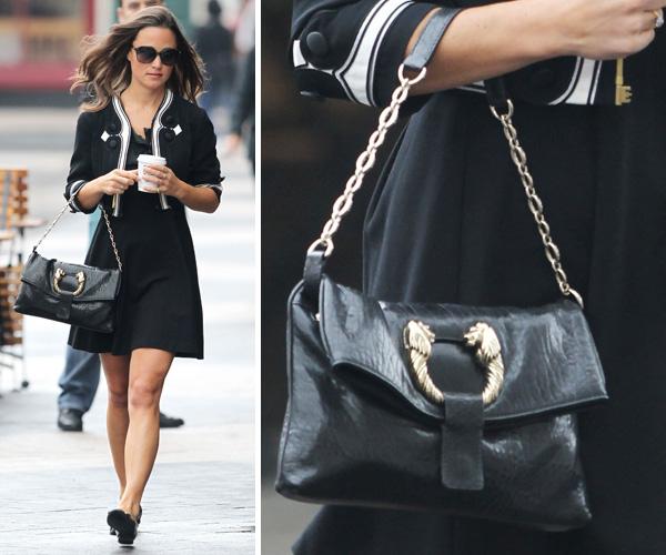 Pippa Middleton escolheu uma clássica bolsa média da Bvlgari para usar com seu look preto