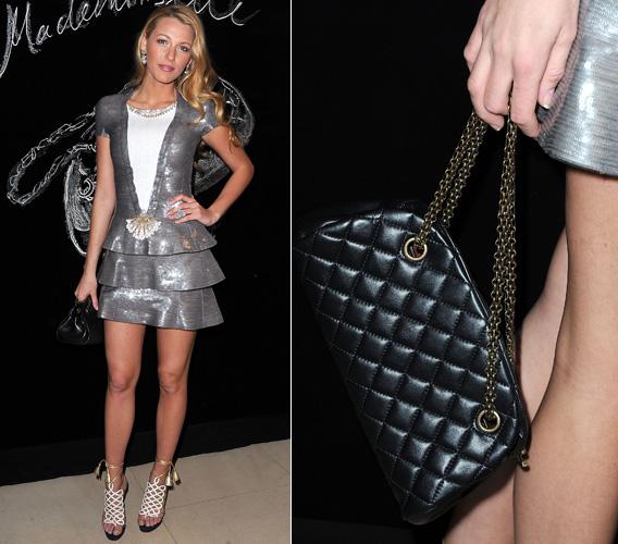 Blake Lively mostra a bolsa Chanel Mademoiselle, da qual é garota-propaganda. O modelo de matelassê em formato meia-lua tem alça dupla de corrente que saem de argolas de metal