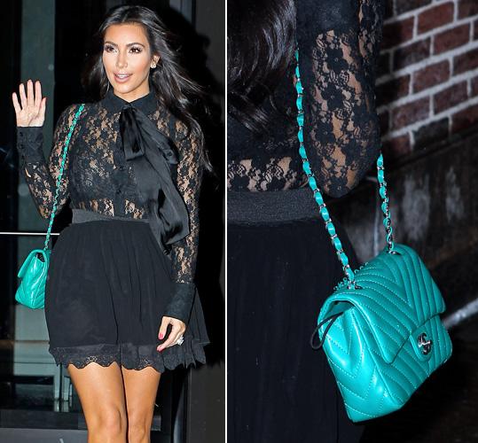 Além do tom azul turquesa, a bolsinha Chanel usada por Kim Kardashian chama a atenção por seu matelassê em diagonal, bem diferente do tradicional da marca