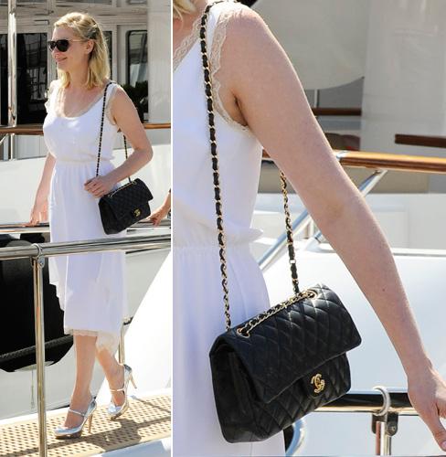 O modelo escolhido por Kirsten Dunst é um dos mais clássicos e atemporais da Chanel: a Classic - que possui o couro com o matelassê tradicional de losangos, aba arredondada, fecho com o logo da maison e alça de corrente entrelaçada com couro