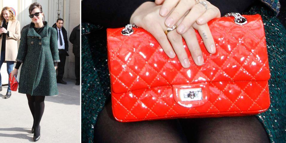 Poucas bolsas são tão desejo de consumo como a Chanel 2.55. Lançada originalmente em fevereiro de 1955, foi a primeira bolsa a tiracolo chique. Muito similar à contemporânea Classic Flap, a bolsa tem entre seus diferenciais o fecho retangular, o tipo do couro e a alça feita apenas de correntes. Na foto, Lily Allen usa um modelo da edição comemorativa pelos 50 anos da 2.55 em couro envernizado vermelho