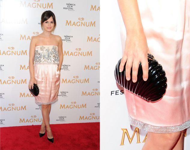 Rachel Bilson usou uma clutch de acrílico Chanel em forma de concha