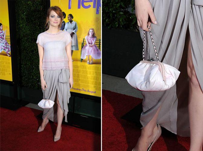 Nem só de clutches vivem os tapetes vermelhos. Emma Stone usou uma pequena bolsa branca Chanel com alça curta de corrente