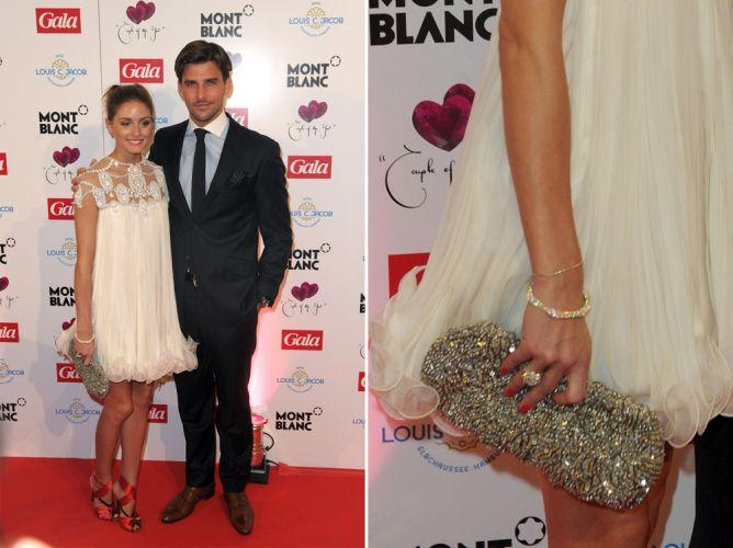 Olivia Palermo usou uma clutch brilhante Club Monaco combinada ao seu vestido branco soltinho e curto