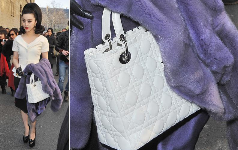 A atriz chinesa Fan Bing Bing escolheu uma bolsa branca estruturada com o tradicional matelassê da Dior para compôr seu visual