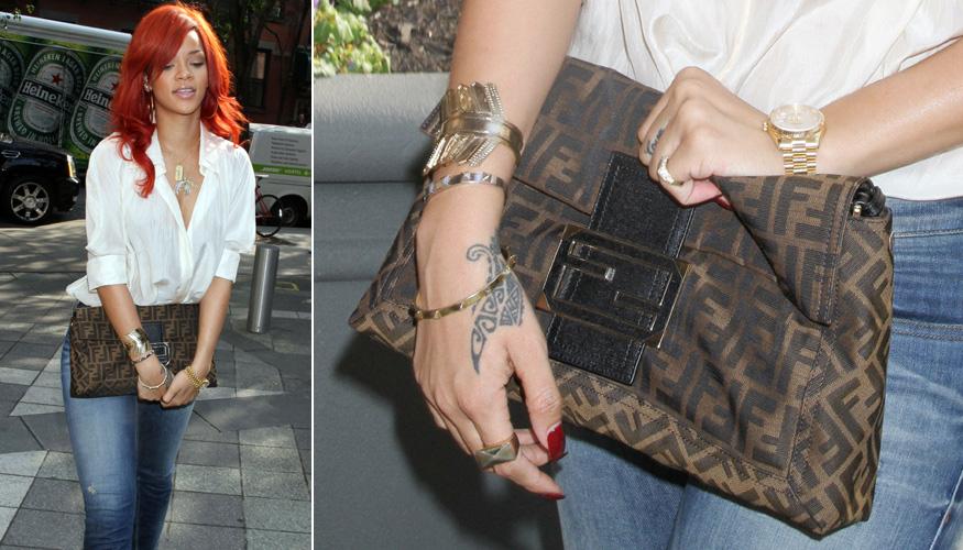 Rihanna apostou em uma básica maxiclutch Fendi com o clássico monograma da marca italiana para usar com a calça jeans e camisa branca