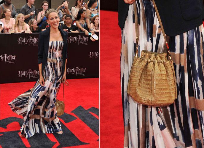 Criando um look mais casual, Sarah Jessica Parker optou uma pequena bolsa saco Ferragamo