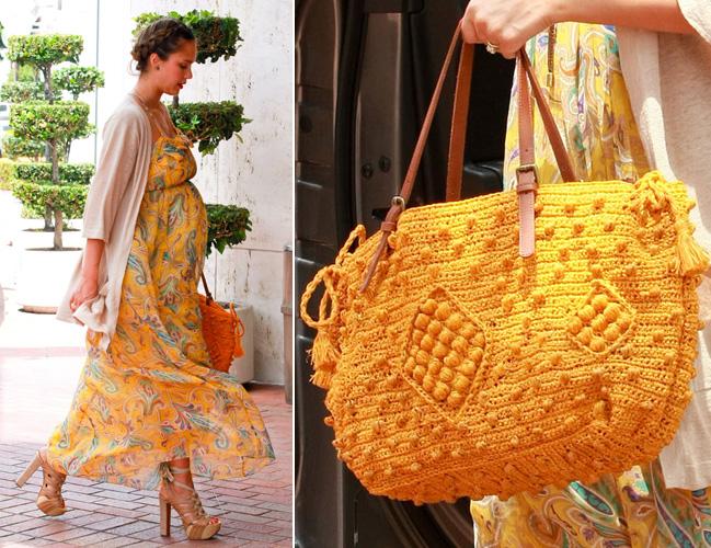 Jessica Alba combinou seu vestido longo estampado com uma bolsa amarela de crochê criada pelo designer Gerard Darel
