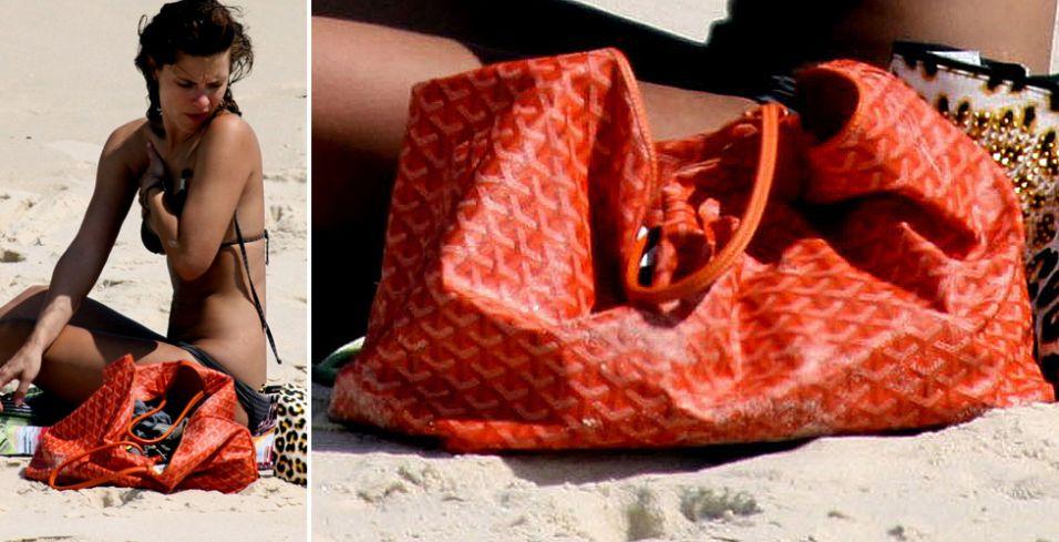 Carolina Dieckmann levou sua bolsa Goyard para passear pelas areias das praias cariocas. O modelo