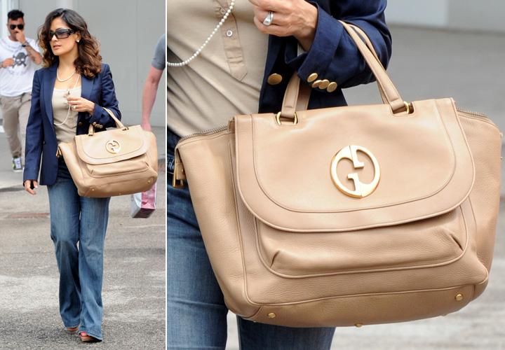Salma Hayek usa uma bolsa com alça curta e linhas clássicas da Gucci, o modelo