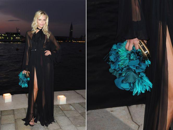 Com look total Gucci, Natasha Poly usou clutch dourada com grande aplicação de flores azuis