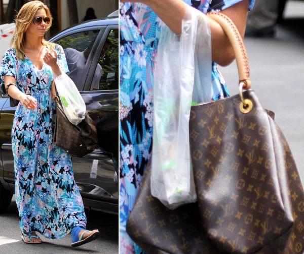 Carolina Dieckmann usa sua bolsa