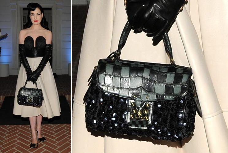 Dita Von Teese exibe seu modelo de edição limitada da Louis Vuitton que traz a padronagem