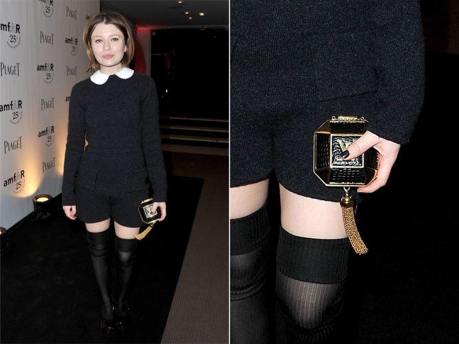 O look de Emily Browning ganhou graça com a pequena bolsinha Louis Vuitton com pingente de correntes douradas