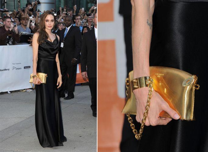 Angelina Jolie foi algemada por sua bolsa Louis Vuitton dourada, combinada a um vestido preto básico