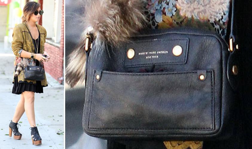 Demi Lovato usa bolsa pequena de alça-longa da marca Marc by Marc Jacobs. O modelo