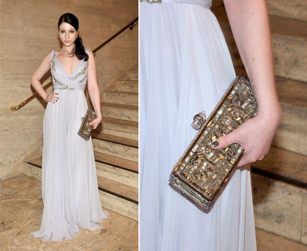 A clutch retangular rígida Marchesa usada por Michelle Trachtenberg é repleta de pedrarias e combinou com seu vestido gelo bordado