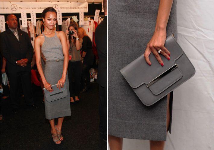 Zoe Saldana foi ao desfile de Verão 2012 de Michael Kors usando uma bolsa de mão da marca