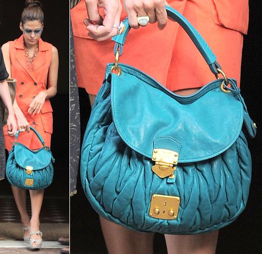 Eva Mendes usa bolsa de matelassê da Miu Miu em azul turquesa