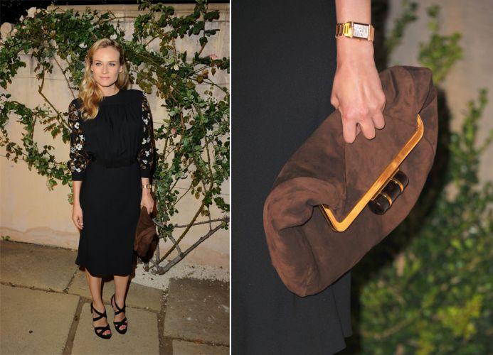 A bolsa marrom dobrada Miu Miu usada por Diane Kruger tem como destaque o fecho dourado e preto