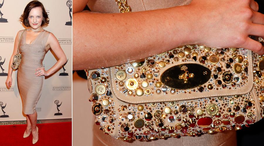 Elisabeth Moss usa modelo de festa da Mulberry todo bordado com mix de pedrarias, botões e tachas douradas
