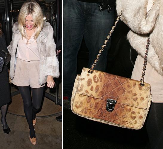 A Prada também tem modelos de bolsas de matelassê e alça de corrente, como esta com estampa animal usada por Sienna Miller