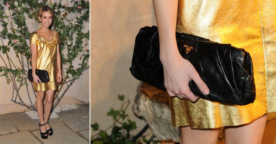 A bolsa preta com pregas Prada foi usada por Emma Roberts para complementar seu vestido de couro dourado